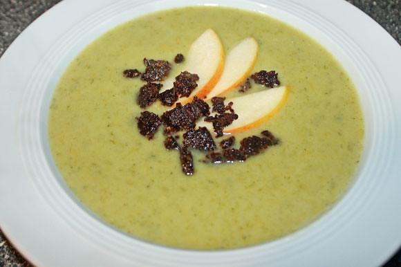 Lauchcreme Suppe mit Apfel und Pumpernickel Croutons
