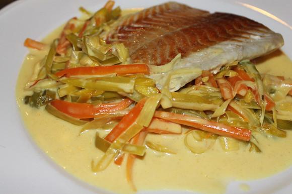 Fischfilets mit feinem Gemüse und Safransauce