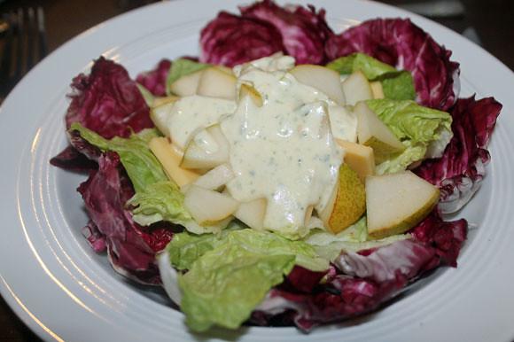 Käse und Birne auf einem Salatbett