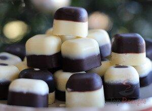 Schwarz Weiße Schokoladenpralinen mit Kirschen