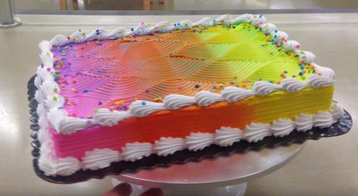 Eine Frau macht eine normale bunte Torte, aber wartet mal ab, bis sie sich dreht…