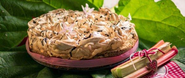 Rhabarberkuchen mit knusprigem Baiser