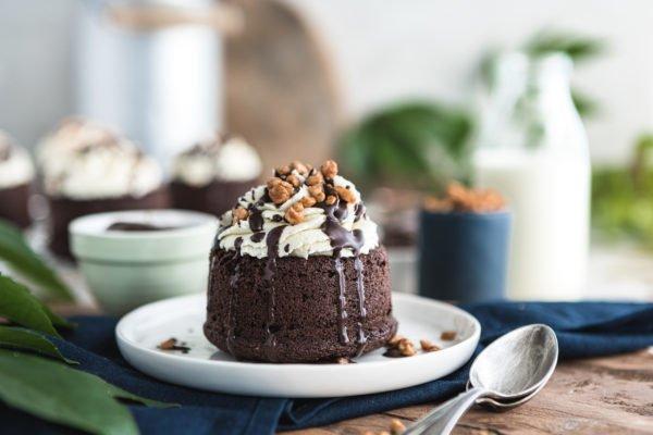 Schoko Lava Cake leicht gemacht – Gefüllte Minikuchen mit cremigem Pudding-Kern & Sahnehaube