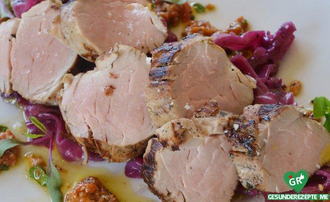 schweinefilet mit geschmortem spitzkohl im weissweinsud