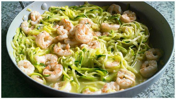 Zucchinispagetti mit Garnelen in Pesto-Sahnesoße