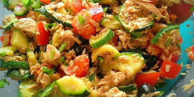 Kalorienarme Thunfisch-Zucchini-Salat
