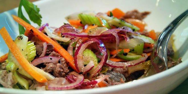 Asiatischer Rindfleisch-Salat mit gerösteten Erdnüssen und Koriander